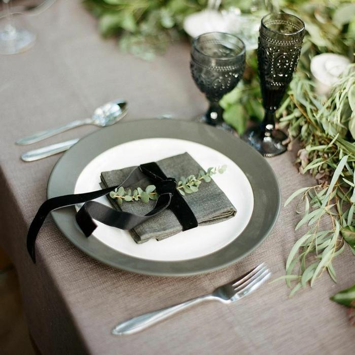 mesa decorada en esstilo rústico moderno, como doblar servilletas estilosas, servilleta color gris con cinta de terciopelo en color negro