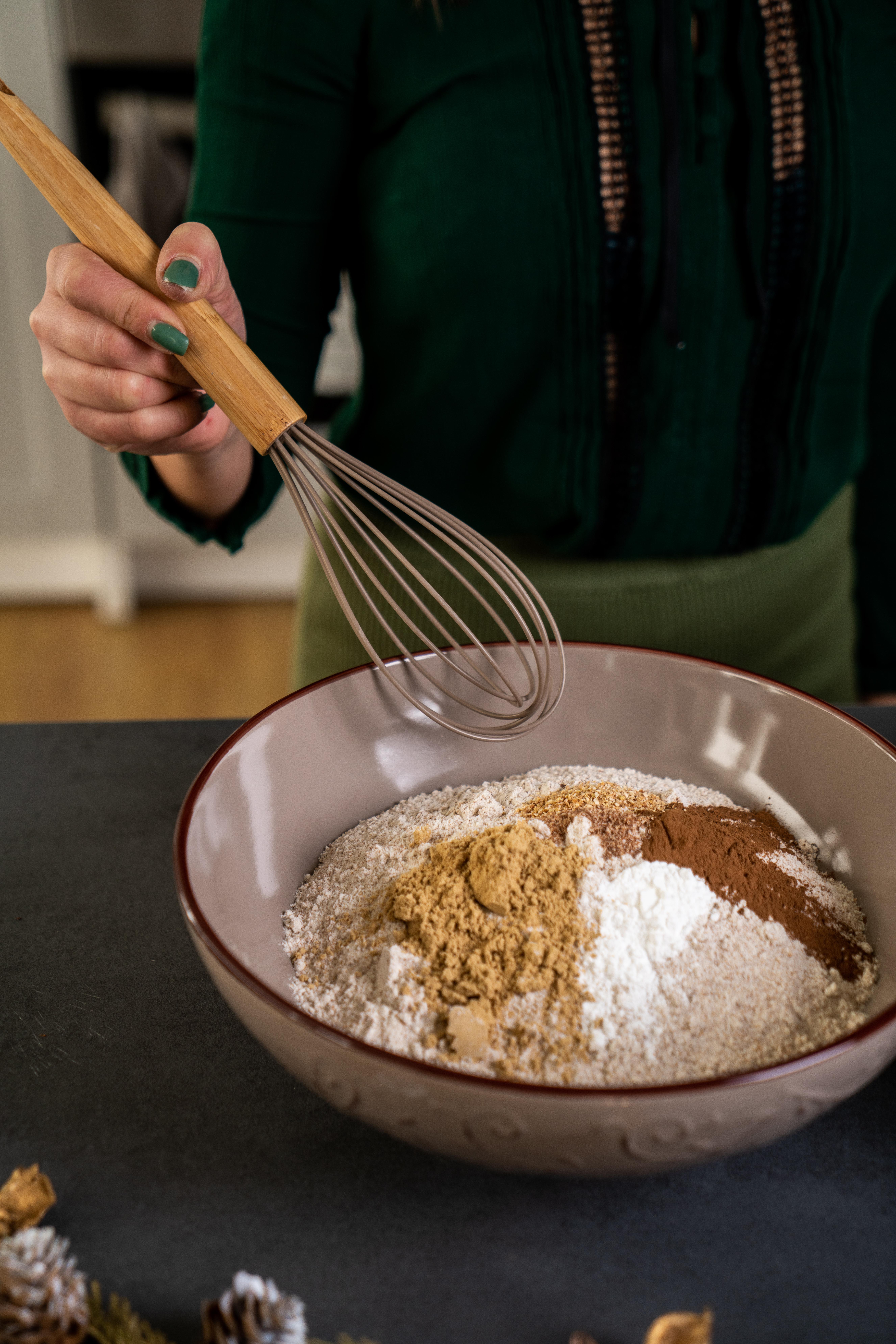 mezclar los ingredientes secos todos juntos, ideas de recetas saludables y fáciles de hacer para preparar galletas de Navidad
