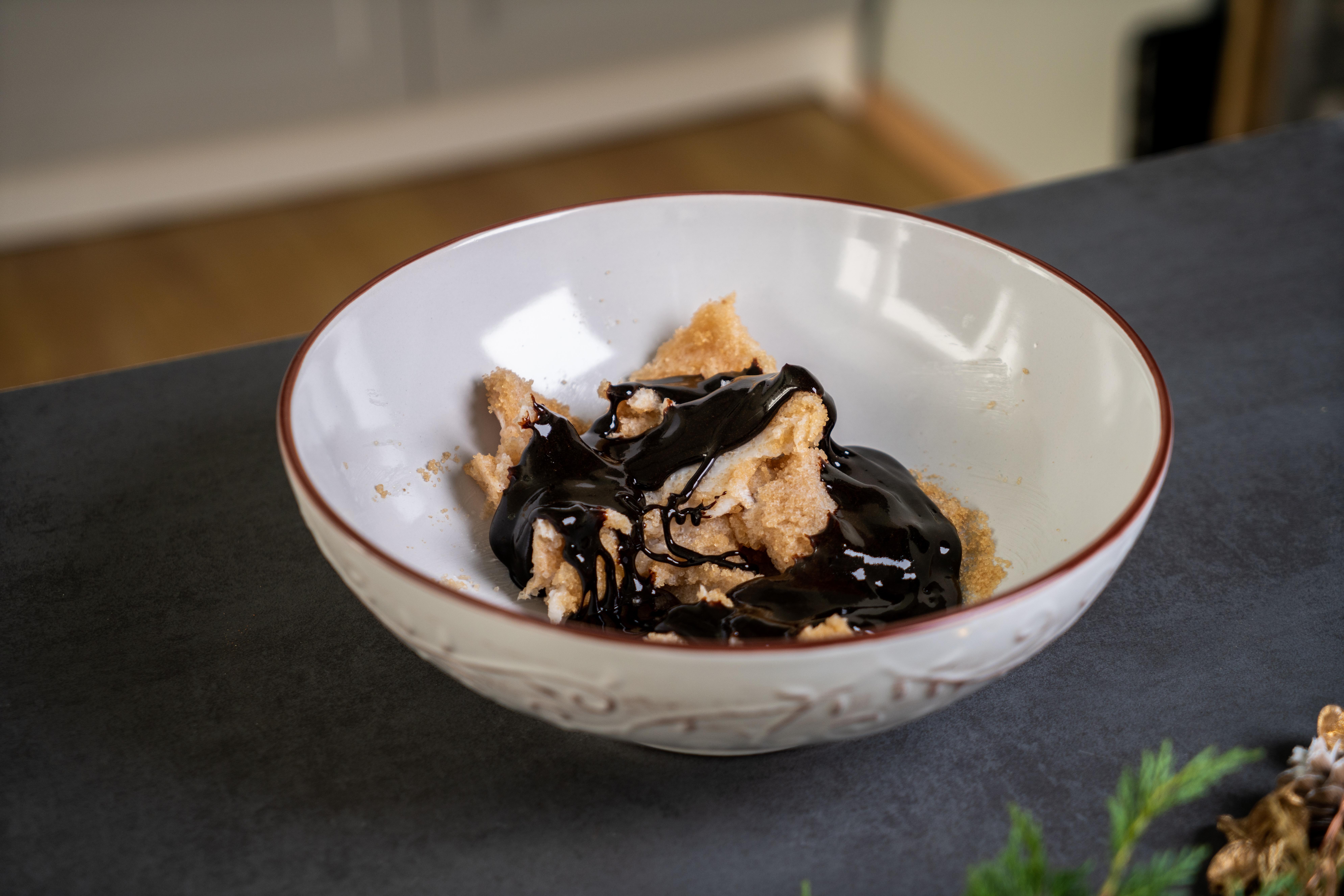 azucar morena mezclada con mantequilla de coco y melasa, ideas de postres y galletas saludables y fáciles de preparar