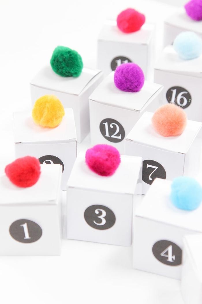 calendario adviento belleza, cajas de papel con cifras y pompones coloridos, adviento para niños ideas creativas