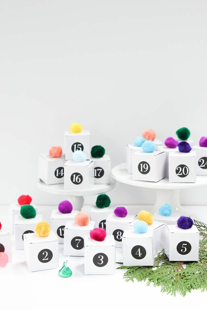 calendario adviento belleza, cajas de cartón decoradas de pompones en colores, fotos de calendarios DIY originales