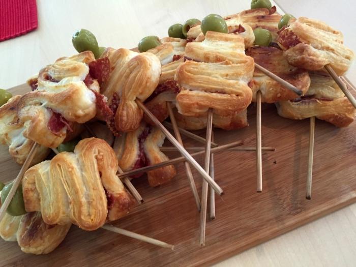 pinchos para navdad con jamon quesos y aceitunas verdes, ideas de aperitivos y tapas navideños en mas de 90 fotos