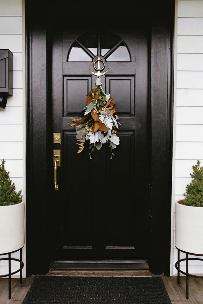 puertas decoradas para Navidad en estilo rústico, decoracion de navidad original con hojas caídas y flores de campo
