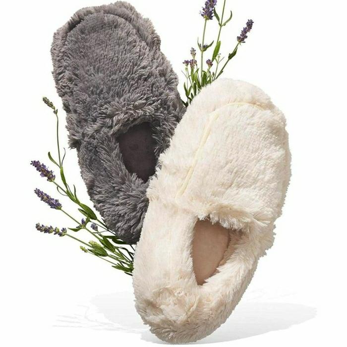 pantuflas peludas super acogedoras, las mejores ideas de regalos para las fiestas navideñas paso a paso, pantuflas en gris y blanco