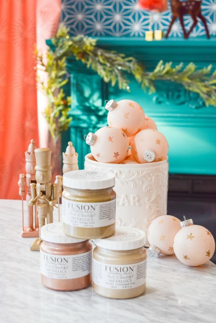 fotos con ideas de decoracion navideña manualidades, bolas navideñas pintadas con pintura mineral con bonitos dibujos