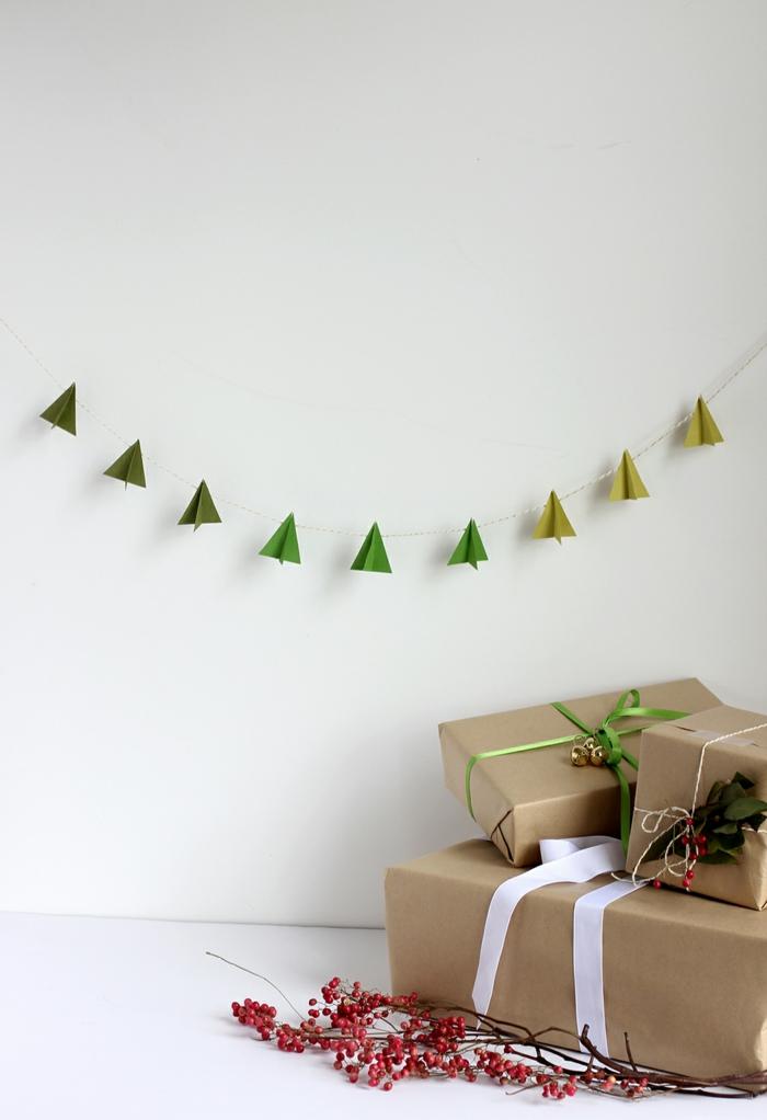 ideas de manualidades para navidad originales en más de 80 imágenes, guirnalda de papel efecto ombre colgada en la pared