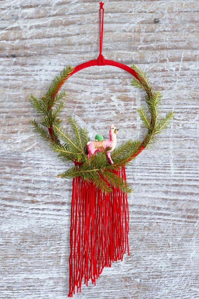ornamento navideño en forma de atrapador de sueños, fantásticas ideas sobre como decorar la puerta en Navidad