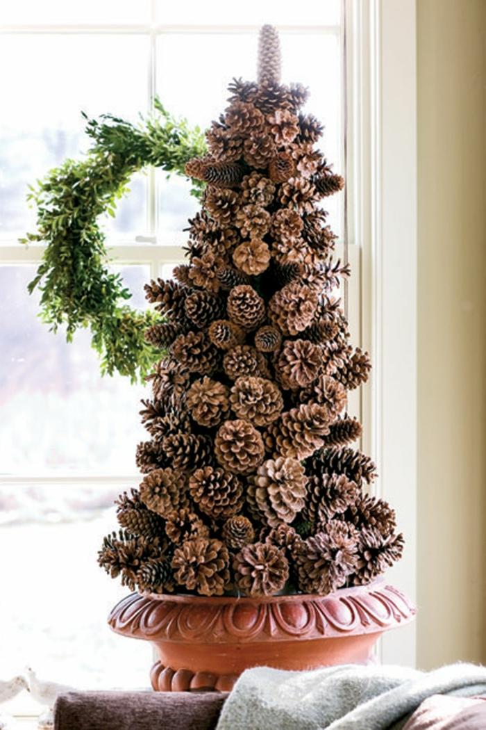 árboles de Navidad con reciclaje, ideas de manualidades de piñas para Navidad, árbol casero hecho de piñas foto