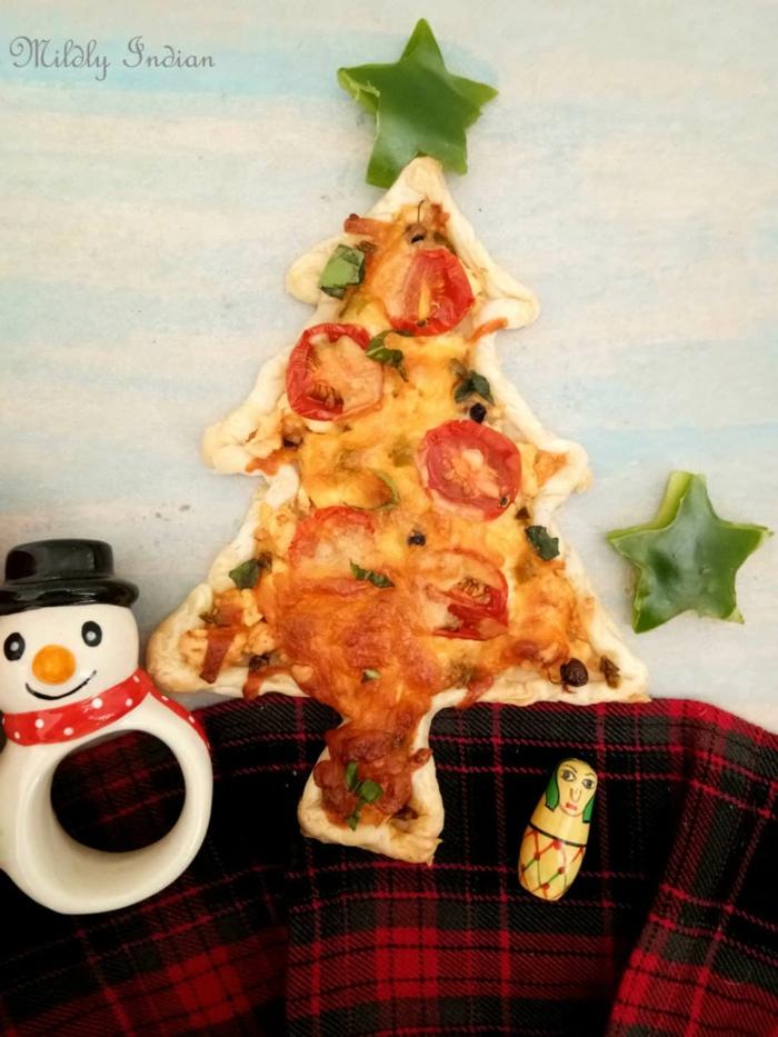 pizza casera de masa de hojaldre en forma de árbol navideño, pizzas caseras fáciles de preparar en casa, aperitivos para navidad