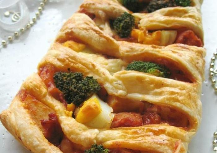 empanada de hojaldre cn brocoli, huevos y salchichas, recetas caseras faciles y rapidas para preparar en casa en fotos