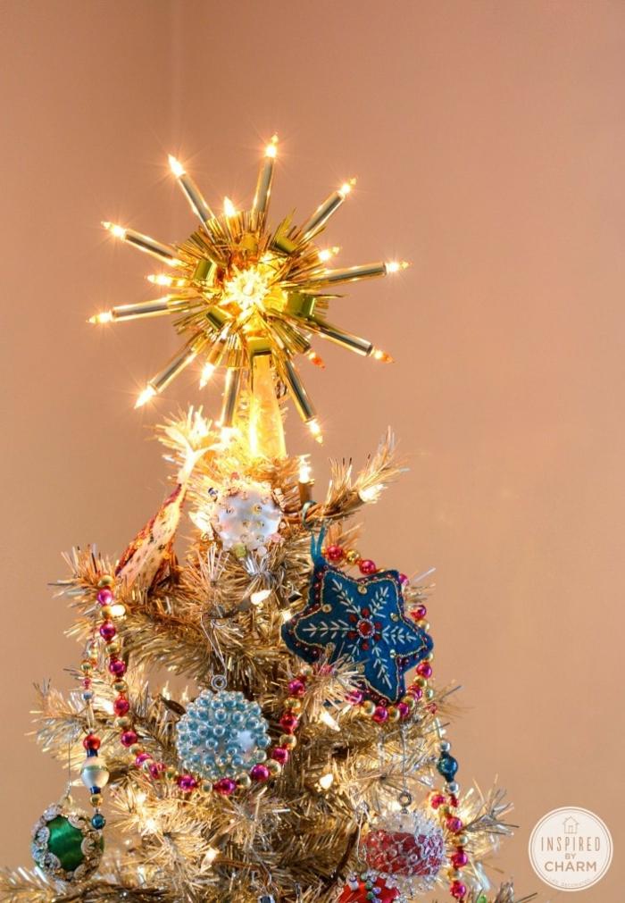ornamentos en estilo vintage para decorar la casa en Navidad, ultimas tendencias y trucos decorativos, árbol navideño moderno