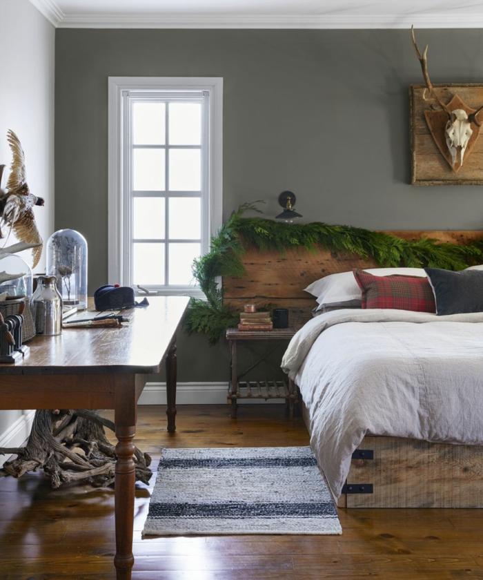 ideas decorativas para una casa en estilo rústico, como decorar con guirnaldas verdes, trucos en la decoracion navideña