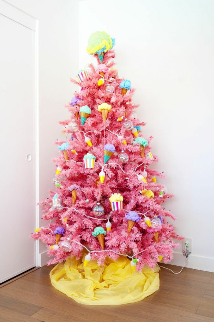 árbol artificial en color rosado con ornamentos en colores vibrantes, ideas y tendencias árboles navideños inusuales