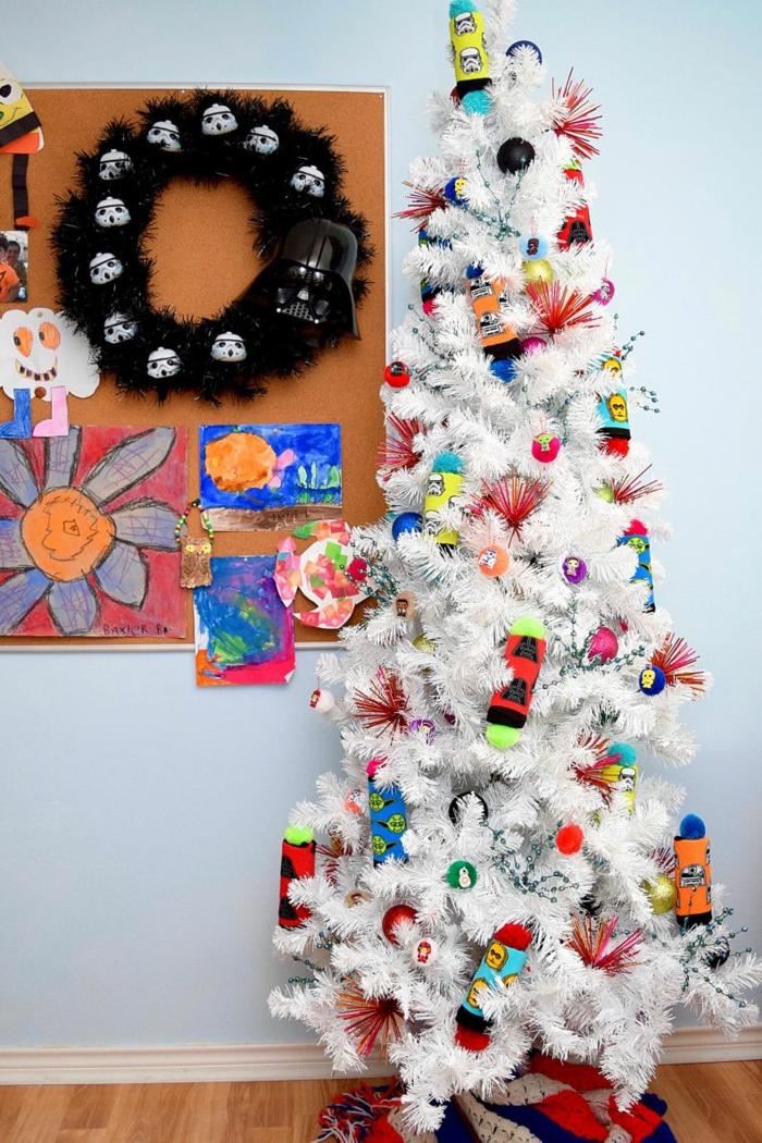las ideas más inusuales sobre como decorar un árbol de Navidad, árbol artificial blanco con adornos temáticos y originales