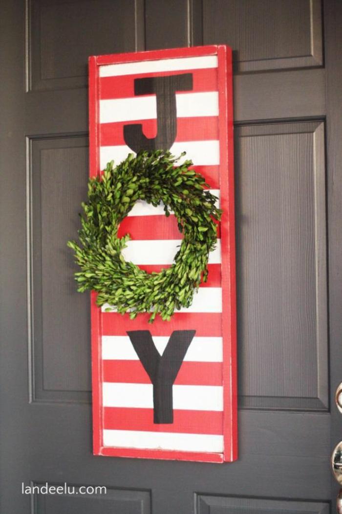 decoración de madera en blanco, verde y rojo, coronas de navidad verdes, ideas de decoraciñon para navidad en estilo minimalista