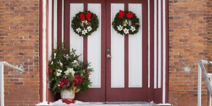 dos coronas idénticas para decorar tu puerta en navidad, decoracion navideña casera, fotos de puertas decoradas
