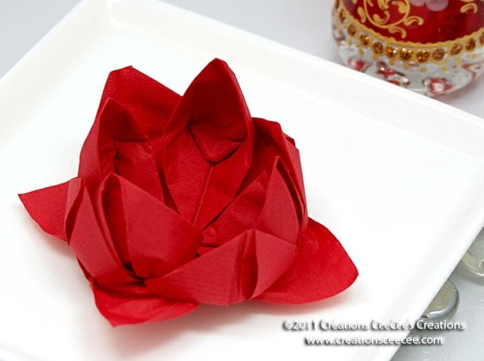 flor de loto en color rojo hecho de una servilleta de papel, como doblar servilletas de tela, manualidades para hacer en casa