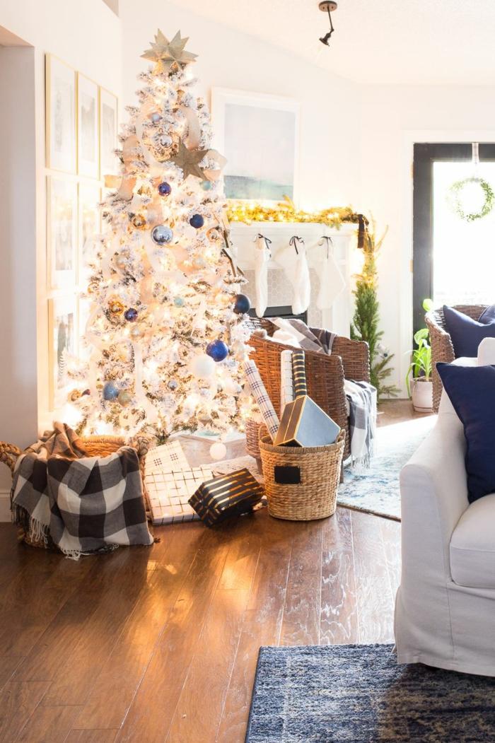 foto de un arbol de navidad con luces navideñas, árboles artificiales decorados según las últimas tendencias, árbol de Navidad blanco