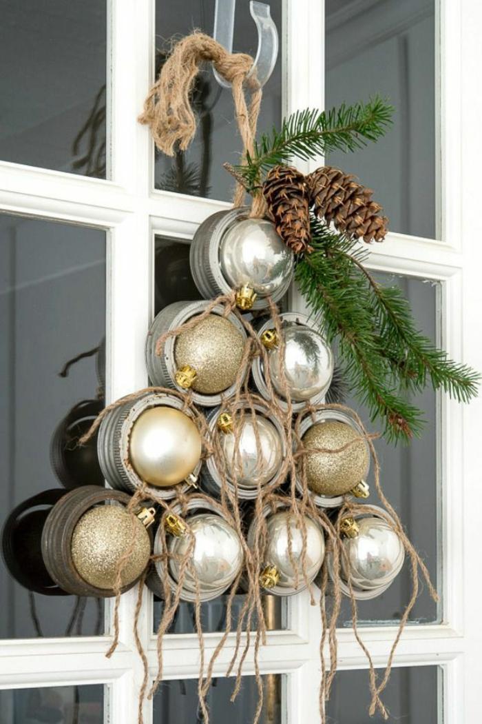 árbol navideño hecho de bolas en dorado y plateado, pequeños detalles para decorar tu ventana, manualidades navideñas