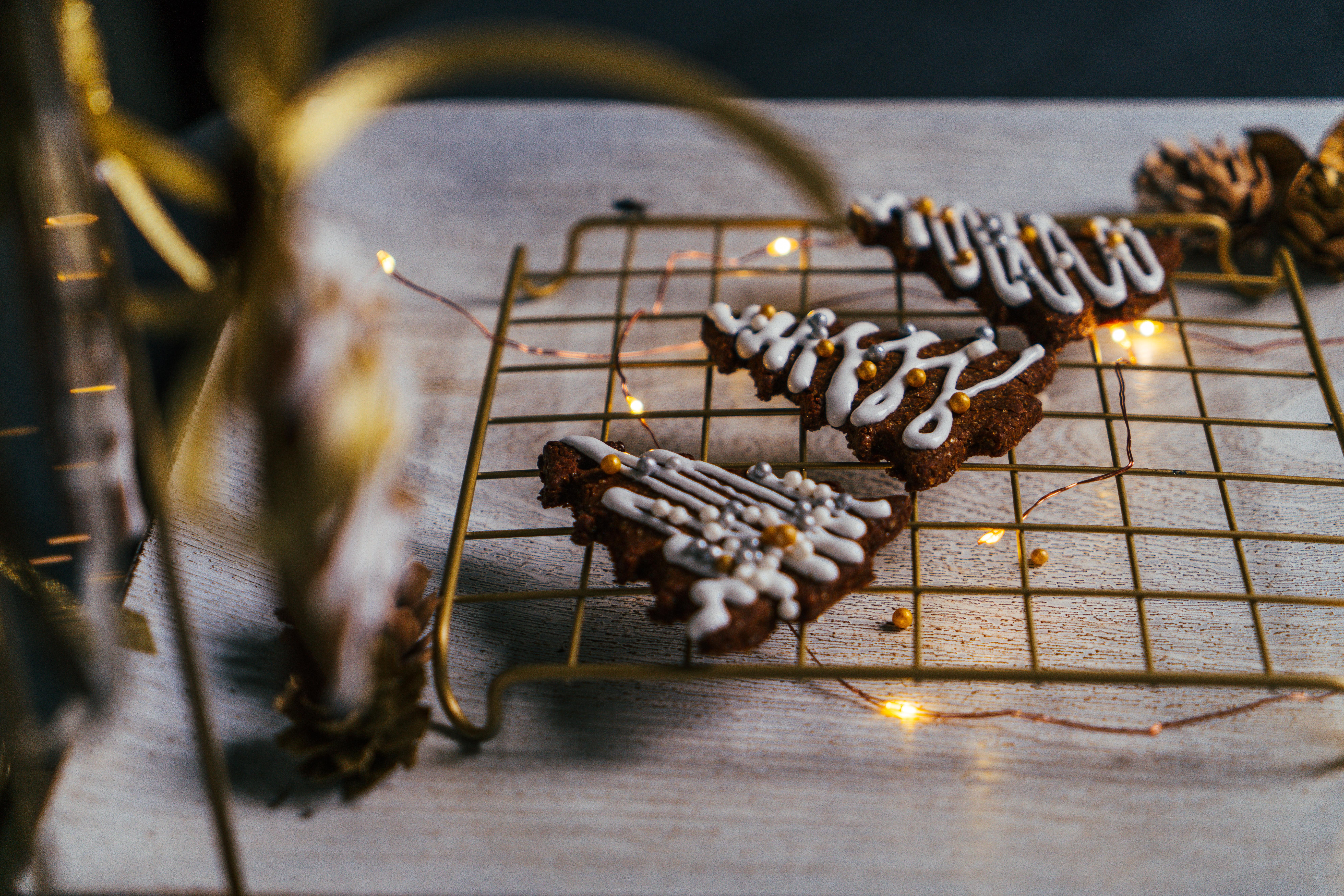 galletas navideñas adornadas con glaseado real y perlas decorativas, centro de mesa navideño DIY paso a paso