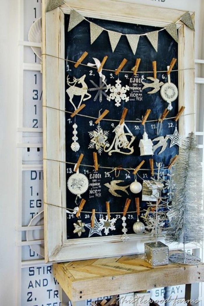 pizarra negra con pequeños adornos navideños, calendario adviento belleza y adviento para niños, decoración salón