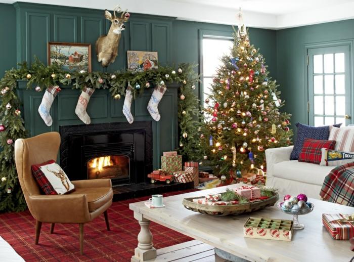 como decorar un árbol navideño en navidad, guirnalda decorativa con botines navideños, chimenea de leña decorada