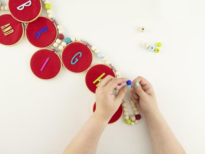 guirnalda DIy con adornos de fieltro en forma oval y cuentas decorativas, tutoriales sobre como hacer una corona de navidad