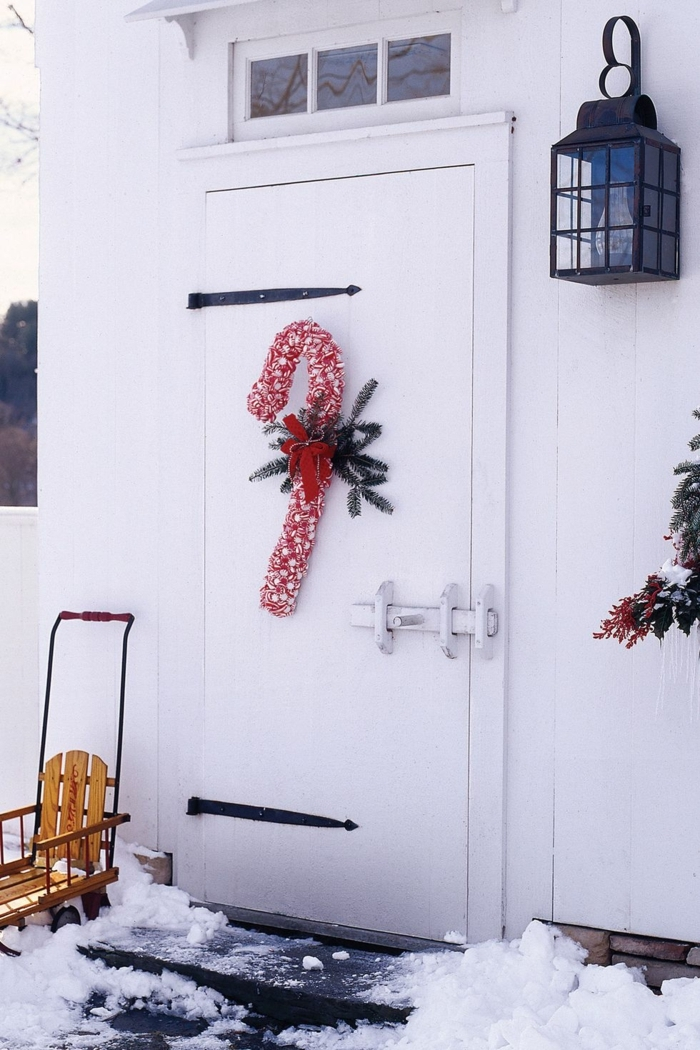 pequeños detalles navideños para decorar la puerta en Navidad, decoración casera en estilo clásico, porches decorados para Navidad