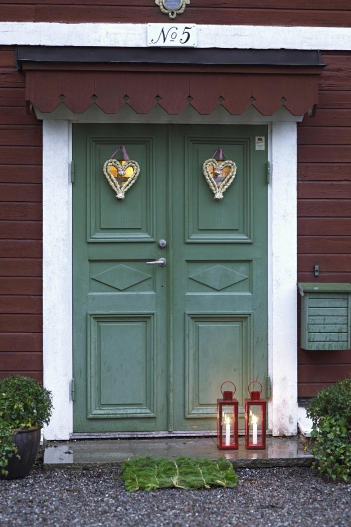 pequeños adornos en forma de corazón para decorar la puerta de entrada de tu hogar, motivos navideños bonitos