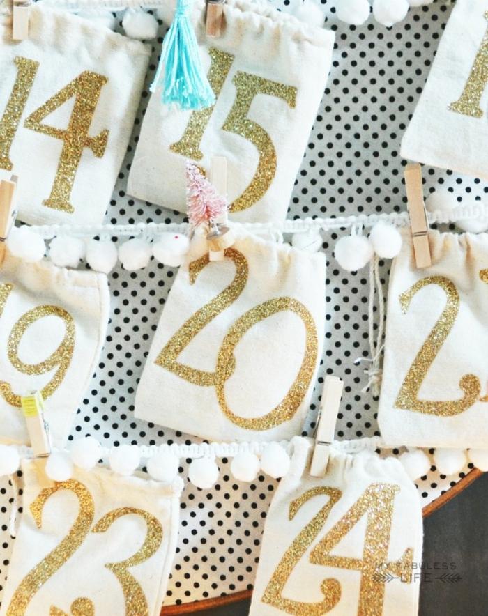 ideas de regalos amigo invisible y decoración navideña DIY, bolsas de tela reutilizada con números en dorado, calendario casero