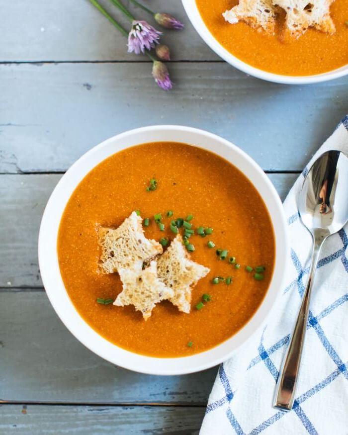 simpaticas propuestas de recetas para niños, sopa de tomate con cebolla verde y trozos de pan en forma de estrellas