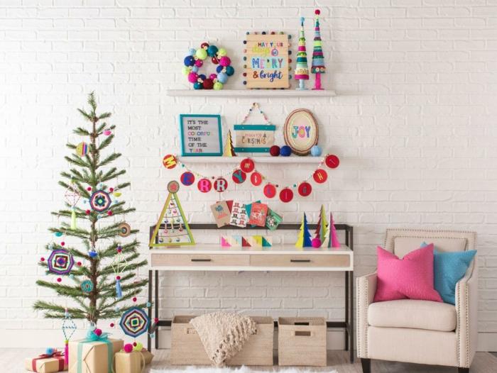 decoración salón con detalles en colores vibrantes, casa decorada con pequeños adornos navideños, como hacer una corona de navidad