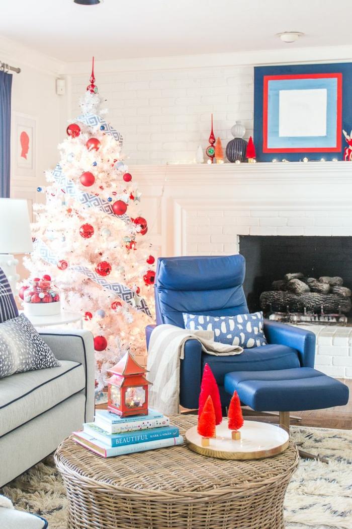 como decorar un árbol navideño artificial en blanco, árbol decorado con cinta en color blanco y azul y adornos navideños rojos