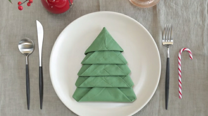 árbol navideño de una servilleta de papel, ideas decorativas para navidad, adornos navideños originales para hacer en 10 minutos