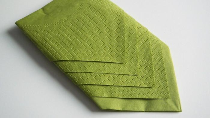 una manera simple y elegante de doblar una servilleta, como doblar servilletas de papel de manera simple, ideas de manualidades