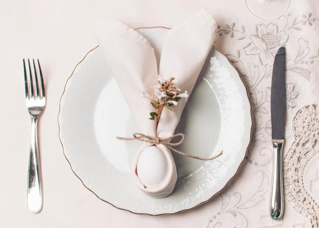 como doblar servilletas elegantes para cada estación, preciosa presentación de la cena, servilletas decoradas para Pascua