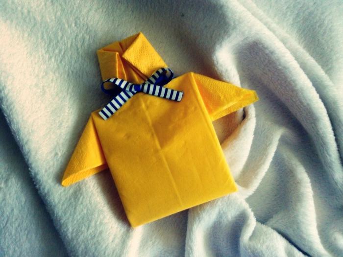 detalles para hacer con servilletas de papel, como doblar servilletas de papel, camisa masculina en color amarillo