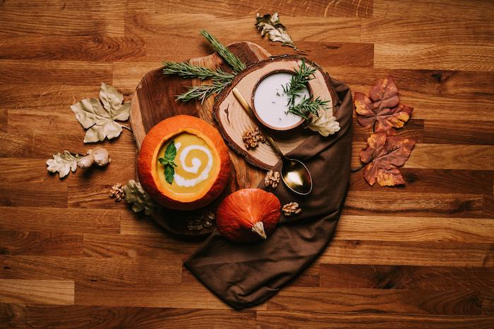 sopa de calabaza presentada de manera fenomenal, ideas de decoración de otoño y Halloween, recetas caseras acogedoras