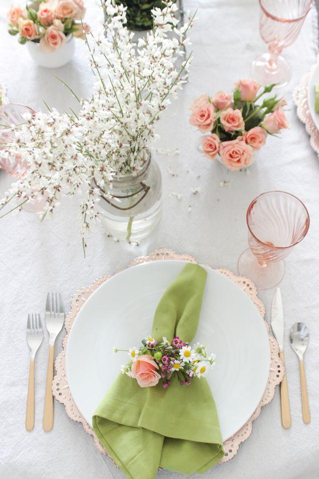preciosa decoración de la mesa para la primavera, servilletas decoradas super elegantes para presentar tu cena de la mejor manera