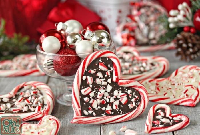 tratos navideños unicos hechos a mano para regalar en estas navidades, corazones de chocolate con palitos de azucar