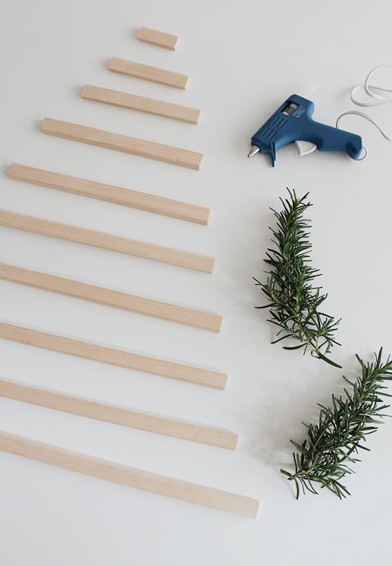 fotos de arboles de navidad ecológicos, árbol hecho con vigas de madera decorado con ramas de romero fresco