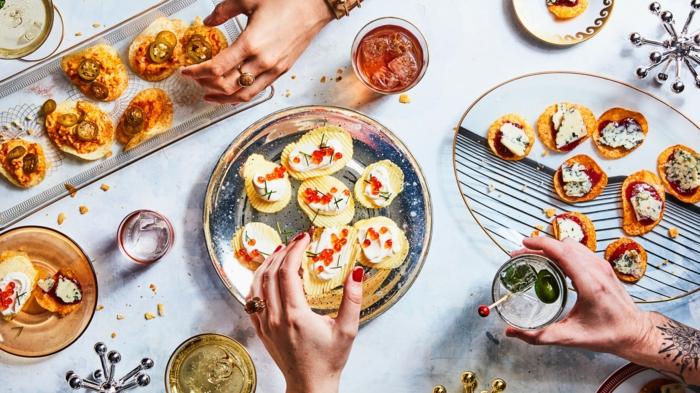 diferentes ideas de canapés frios y fáciles, canapés de papas fritas con queso y cavier, aperitivos ricos y fáciles de hacer