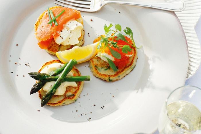 crepes con espinacas con esparragos, queso crema y salmón, ideas de aperitivos para cumpleaños para tus invitados