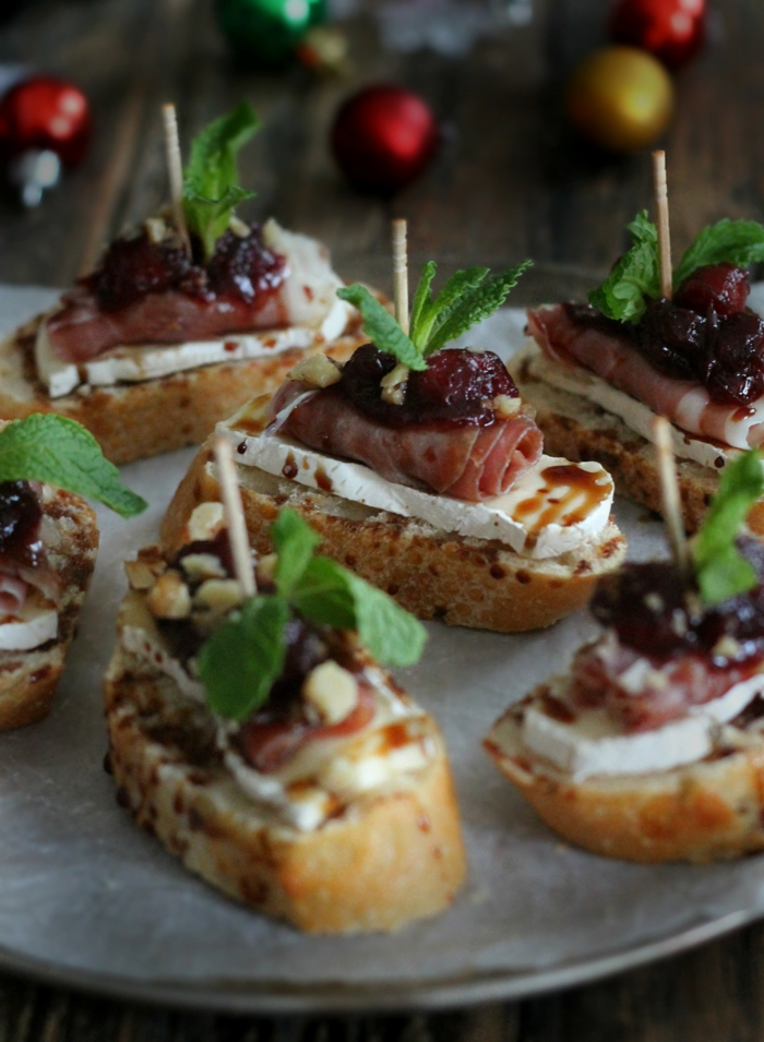 tostadas con queso brie, jamón y rutas secas, originales ideas de entrantes para fiestas en casa, aperitivos para cumpleaños
