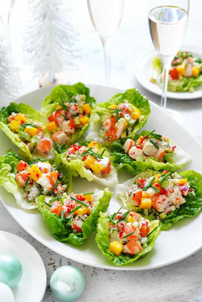 barcos de lechuga con verduras y cangrejo, las mejores ideas de canapés navideños fáciles y rápidas, comidas para picoteo