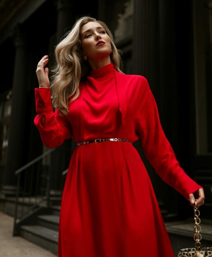 elegante look nochevieja con un vestido rojo largo, prendas y vestidos para un coctel de nochevieja, ideas de atuendos