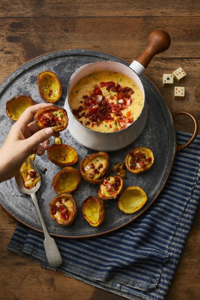 barcos de papas con sopa de vegetales y chorizo, ideas de comidas fáciles y super sabrosas para preparar en una fiesta