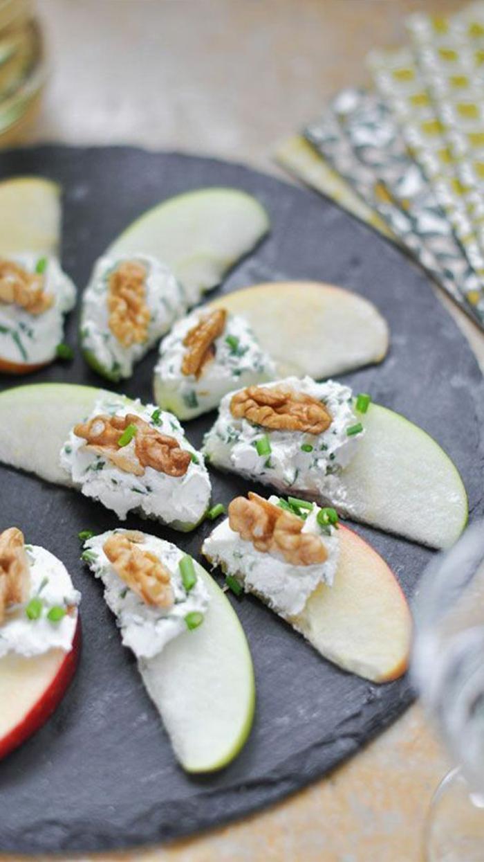 bocados con un sabor original y rico, trozos de manzana con salsa de crema y perejil y nueces, ideas de comidas para preparar en casa