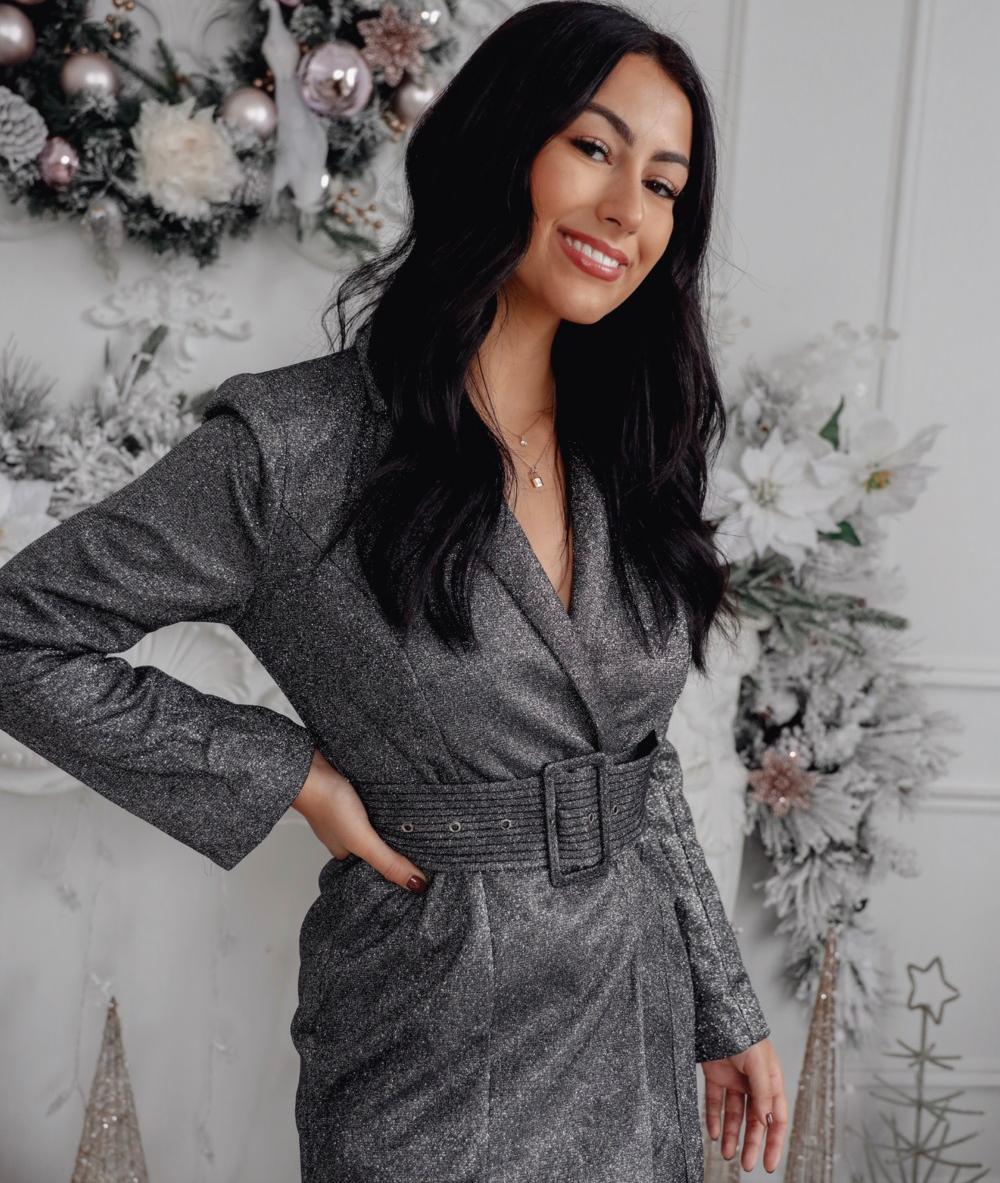 super elegantes ideas de vestidos para fin de año, vestido color plata con grande cinturón, atuendos para celebrar el fin de año