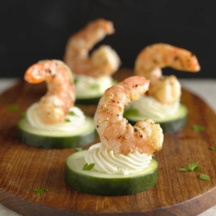 espectaculares ideas de bocados super fáciles de preparar, pepinos con nata y gambas, ideas de aperitivos espectaculares y faciles